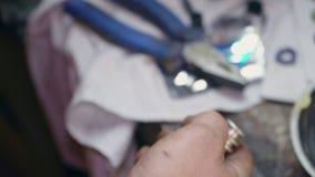 Mechanikerreparaturen ein Teil für eine Auto- oder LKW-Nahaufnahme stock video