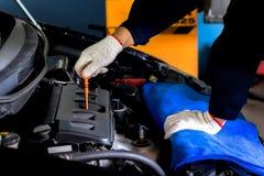 Mechanisch Check de olie stock fotografie