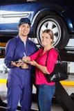 Mechanisch With Customer While die Rekening ondertekenen Stock Fotografie