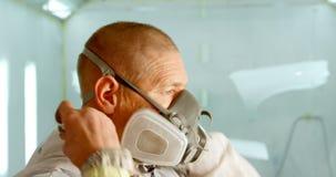 Mechanisch dragend gasmasker in garage 4k stock video