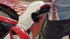 Mechanisch Fills Fuel From-Vat in Raceauto vóór Ras stock footage
