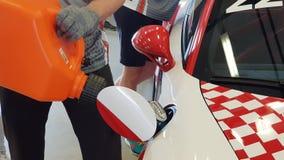 Mechanisch Fills Fuel From-Vat in Raceauto v??r Ras stock video