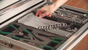 Mechanisch het kiezen noodzakelijk instrument om in de autoreparatiedienst te werken stock footage