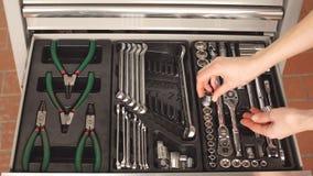 Mechanisch het kiezen noodzakelijk instrument om in de autoreparatiedienst te werken stock video