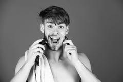 Mechanisch oder elektrischer Rasierapparat Kerl, der Haar mit elektrischem Rasierapparat und Rasierapparat rasiert Lizenzfreie Stockbilder