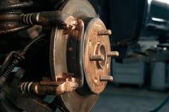 Mechanisch in seiner Werkstatt, die Bremsscheiben ersetzte stockfoto