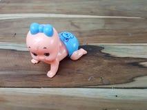 Mechanisch wickeln Sie oben kriechendes Babyspielzeug auf hölzernem Hintergrund lizenzfreies stockfoto