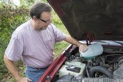 Mechanische Adding Winshield Wiper-Vloeistof aan Voertuig stock foto's