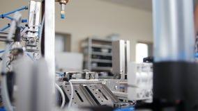 Mechanische Ausrüstung funktioniert als Minifabrik in der Werkstatt stock video footage