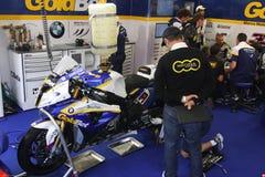 Mechanische Bearbeitung auf Eisenbahn BMW-S1000 mit BMW Motorrad GoldBet SBK Team Superbike WSBK Stockfoto