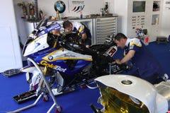 Mechanische Bearbeitung auf Eisenbahn BMW-S1000 mit BMW Motorrad GoldBet SBK Team Superbike WSBK Stockbild