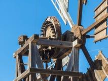 Mechanische Details von historischen zitronengelben Windmühlen Stockfotografie