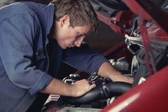 Mechanische het bevestigen auto in de autodienst Stock Foto's