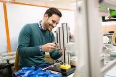 Mechanische ingenieur die aan machines werken stock fotografie