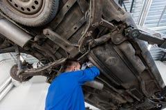 Mechanische mens of Smith die auto herstellen op workshop Stock Fotografie