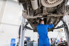 Mechanische mens of Smith die auto herstellen op workshop Royalty-vrije Stock Afbeelding