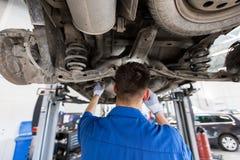 Mechanische mens of Smith die auto herstellen op workshop Stock Afbeeldingen