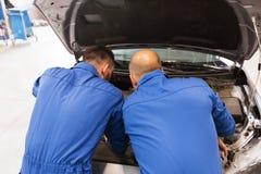 Mechanische mensen die auto herstellen op workshop Royalty-vrije Stock Foto