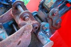 Mechanische metaalverbindingen van een emmer van het bulldozer graafgraafwerktuig stock foto