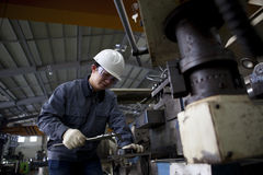 Mechanische technicus die detail meten Stock Afbeelding