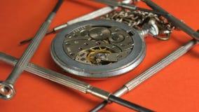 Mechanische Uhrreparatur Prozessreparatur ein Teil auf einer mechanischen Uhr stock video