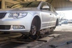 Mechanische veranderingsband op auto Stock Foto's