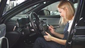 Mechanische vrouw met automobiel kenmerkende scanner stock footage
