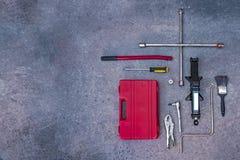 Mechanische Werkzeuge mit konkretem Hintergrund lizenzfreie stockfotografie