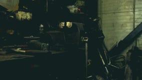 Mechanische workshop De auto dienst Werktuigkundige die binnen de auto werkt Behandeld schot met natuurlijk licht stock video