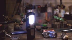 Mechanische workshop De auto dienst Werktuigkundige die binnen de auto werkt Behandeld schot met natuurlijk licht stock footage