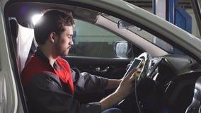 Mechanische zitting in auto die diagnostiek op digitale tablet doen stock video
