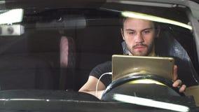 Mechanische zitting in auto die diagnostiek op digitale tablet doen stock videobeelden