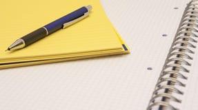 Mechanischer Bleistift auf einem Notizblock Lizenzfreie Stockfotografie