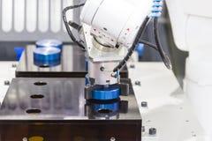 Mechanischer Handroboter, der mit CNC-Drehbankmaschine arbeitet Stockfotos