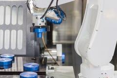 Mechanischer Handroboter, der mit CNC-Drehbankmaschine arbeitet Stockfotografie