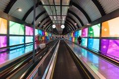 Mechanischer Korridor der futuristischen Architektur im Flughafen Stockfoto