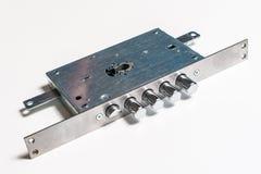 Mechanischer Verschluss mit einem Schlüssel gegen weißen Hintergrund Stockfotos