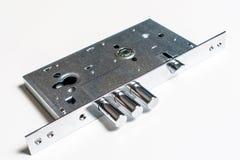 Mechanischer Verschluss mit einem Schlüssel gegen weißen Hintergrund Stockfoto