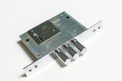 Mechanischer Verschluss mit einem Schlüssel gegen weißen Hintergrund Stockbilder