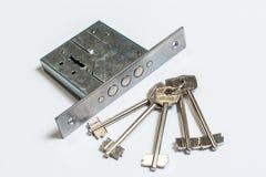 Mechanischer Verschluss mit einem Schlüssel gegen weißen Hintergrund Lizenzfreies Stockbild