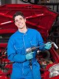 Mechanisches Lächeln und Halten eines Werkzeugs Lizenzfreies Stockfoto