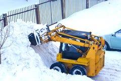 Mechanisierter Schnee, der kompakte Straßenausrüstung säubert lizenzfreie stockfotos