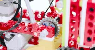 Mechanisme van de kinderen` s ontwerper in actieclose-up video4k stock video