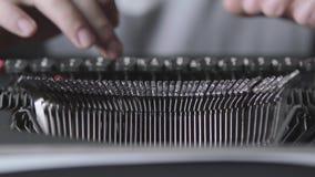 Mechanisme van een retro schrijfmachine, de tekst van de vingersdruk Sluit omhoog stock video