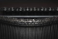 Mechanismus der Schreibmaschinenschreibmaschine, schwarzer Hintergrund Lizenzfreie Stockfotografie