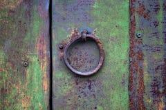 Mechanismus oder Griff für das Klopfen und das Öffnen der Tür oder des Tors Lizenzfreies Stockfoto