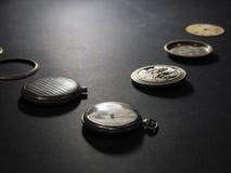 Mechanizmy zegarki i ich części na czarnym tle zdjęcie royalty free