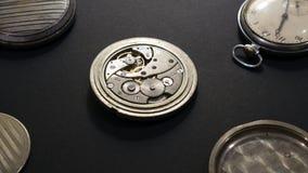 Mechanizmy zegarki i ich części na czarnym tle obraz royalty free