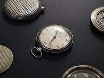 Mechanizmy zegarki i ich części na czarnym tle fotografia royalty free