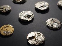 Mechanizmy zegarki i ich części na czarnym tle fotografia stock